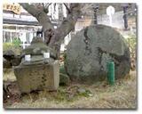 弁慶の墓と言われている