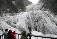 凍てついた滝(毎日新聞社より)