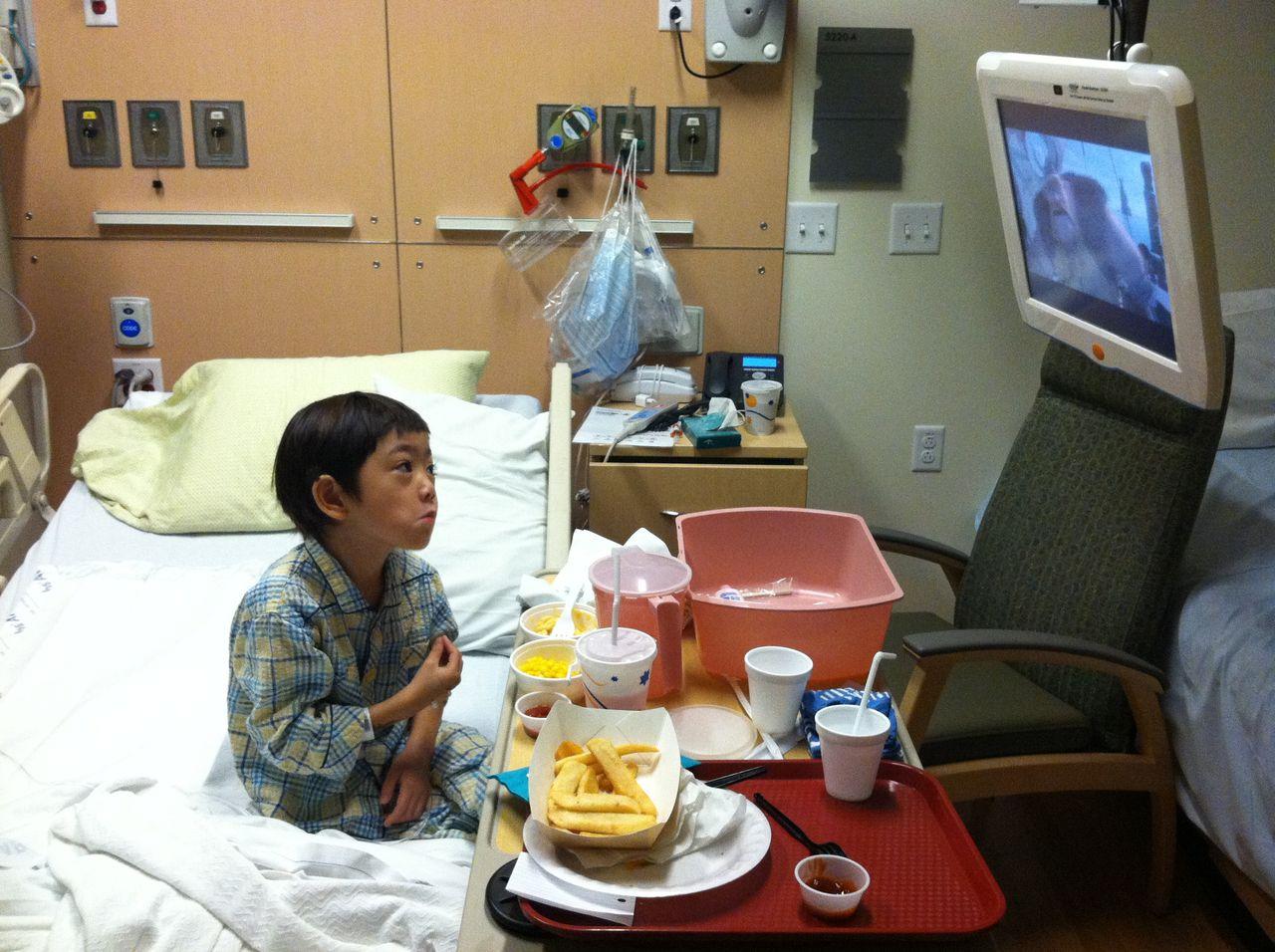 IMG_0984 入院中も左腕の痛みが続き首を曲げてテレビをみる息子 タグ : ALL a...