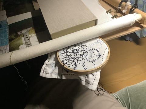 刺繍枠を刺繍枠で挟む