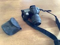 埃まみれの昔の一眼レフカメラ