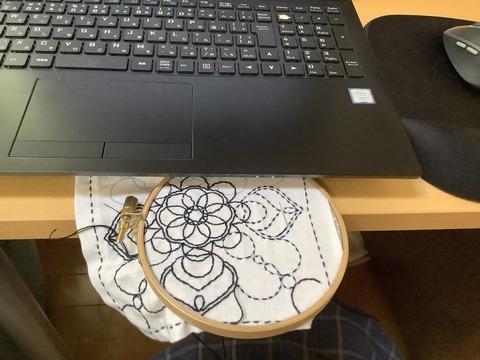 刺繍枠をノートパソコンで挟む