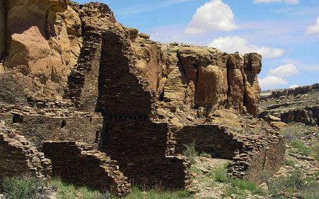 1024px-Chaco_Canyon_Hungo_Pavi_ruins_staircase_NPS