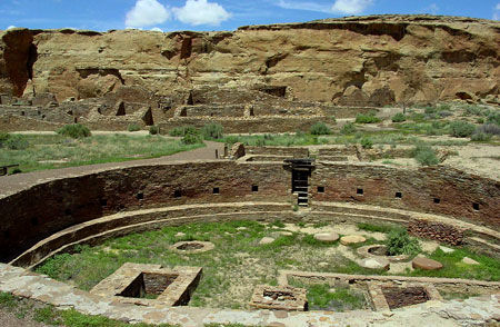 1024px-Chaco_Canyon_Chetro_Ketl_great_kiva_plaza_NPS