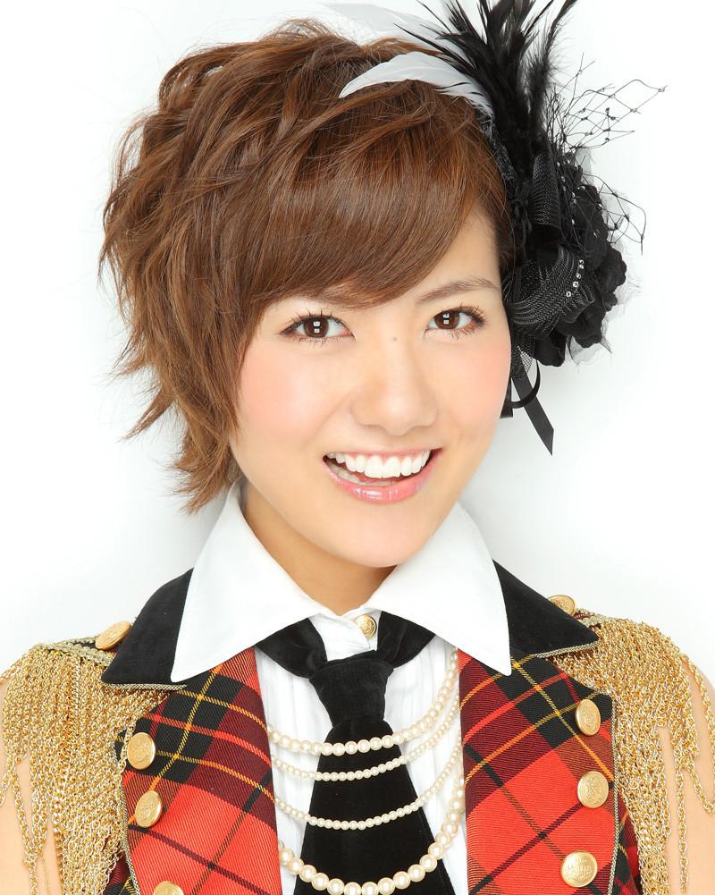 茶髪のショートへアでノースリーブの衣装を着るAKB48時代の宮澤佐江