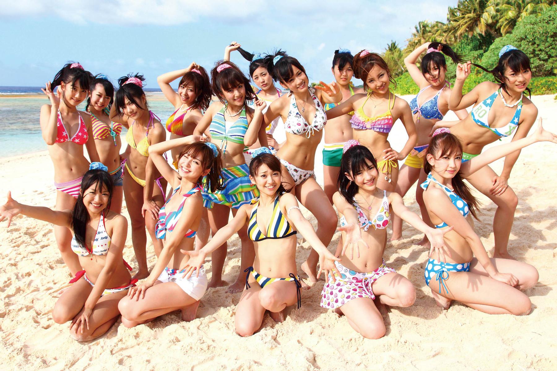 砂浜の上でそれぞれが可愛くポーズをするAKB48