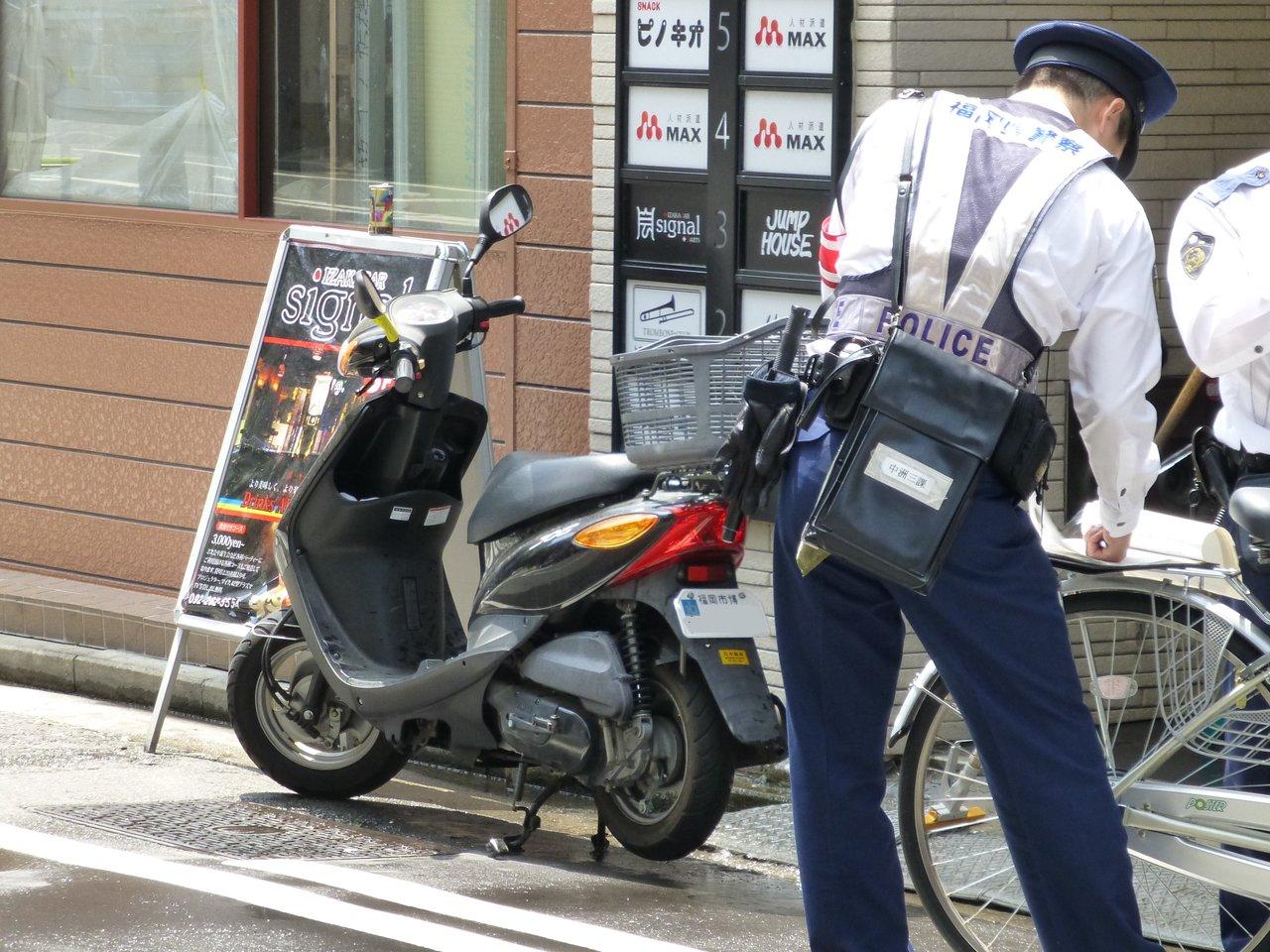 結局、駐禁のキップを切られていました。中州はこういう原チャリでもキップを... バイクガレージ