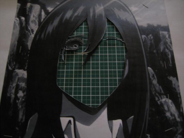顔の輪郭にあわせて紙を切っているようです