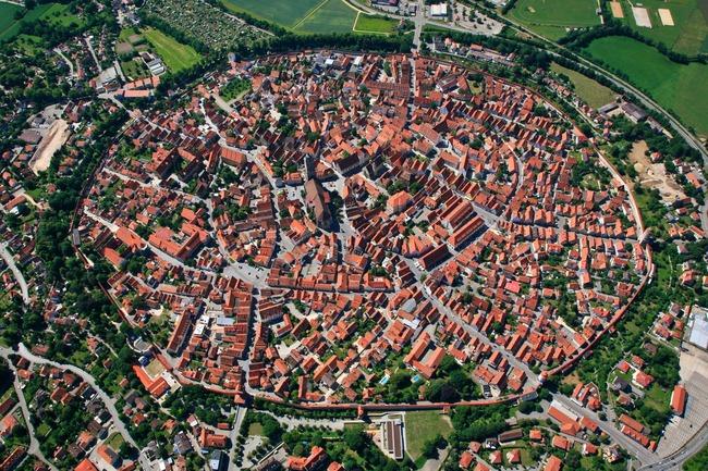上空から見たネルトリンゲンが進撃世界と似ている
