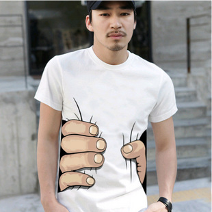 巨人の手に掴まれているTシャツ