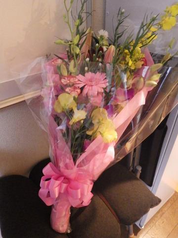 ユリやカーネーションなどの花束
