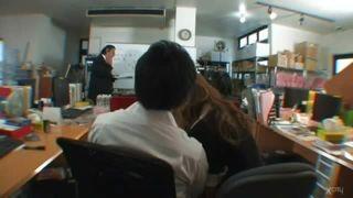 武藤クレア/会社のギャルビッチに好かれたリーマンが上司の前でチンポをこっそりいじりまわされるw