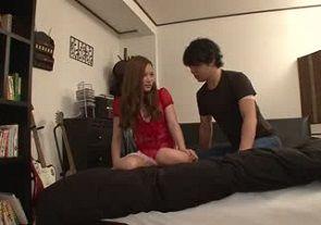 前原友紀は彼氏のお兄さんの部屋を訪問する寝取られ願望美女