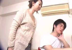 月島アスカ 腫れちゃった息子のオチンチンを手コキしてあげるお母さん