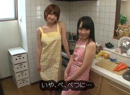 川村まや 佳苗るか キッチンでオチンチンを料理してくれる裸エプロン姉妹