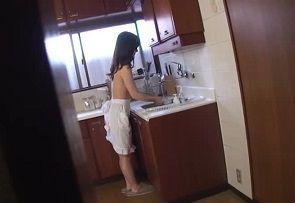 美月祥子 裸前掛けでキッチンオナニーするお母さんを妄想する息子