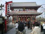 浅草寺は人で賑わう