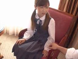 制服が似合うロリ美少女がベテランAV男優に身を任せる!