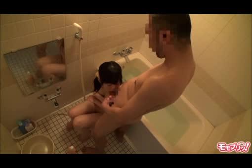 JKが嫌がってるのに無理やり一緒にお風呂に入って近親相姦SEXしちゃう親父!