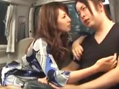 ブサメンをセレブな熟女人妻が車内で癒してくれた!
