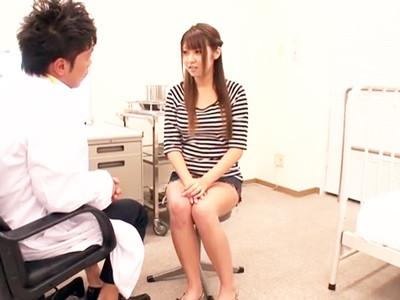 診察に来た巨乳美少女をうまく騙して肉棒を挿入しちゃう変態医師w