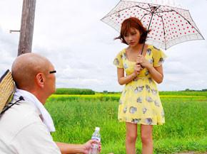 人気AV女優明日花キララが田舎の夫婦宅へ宿泊して、こっそり旦那を寝取る!