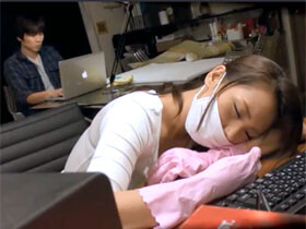 夜のオフィスで居眠りしてしまった美人な清掃員がサラリーマンにパコられちゃう!