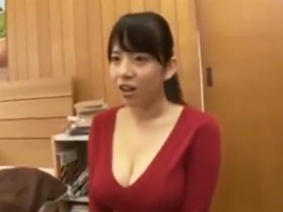 自慢の巨乳を強調している服装の家庭教師に我慢できずに、飛びついてパコっちゃう!