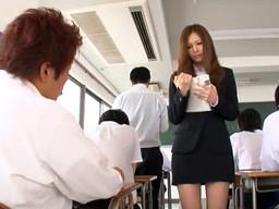 ノーパンノーブラで授業を行う美人英語教師を教室でパコっちゃう!