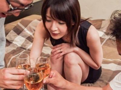 底なしの性欲を持つ人妻がヤリ部屋に男連れ込んで乱交ハメハメ!
