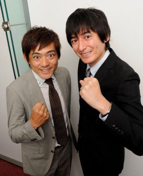 黒とグレーのスーツ姿でガッツポーズをしている博多華丸・大吉の壁紙・画像