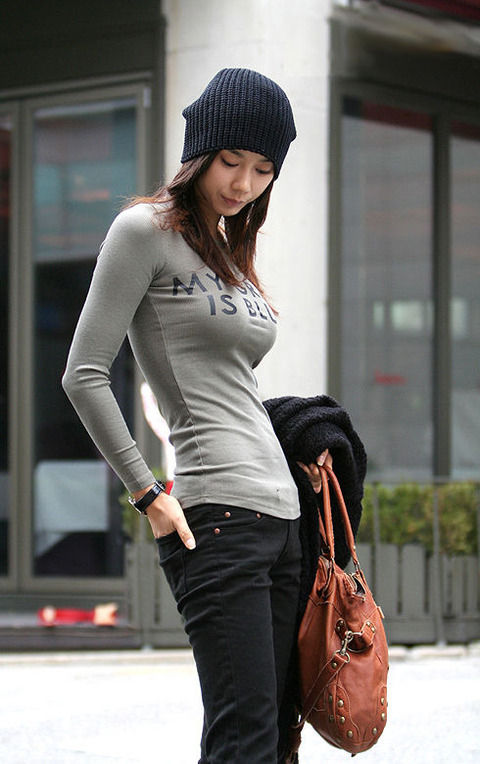 【画像】こういうお胸の形まるわかりの服着てる女wwwwwwwwwwwwwwwwwwwwwww