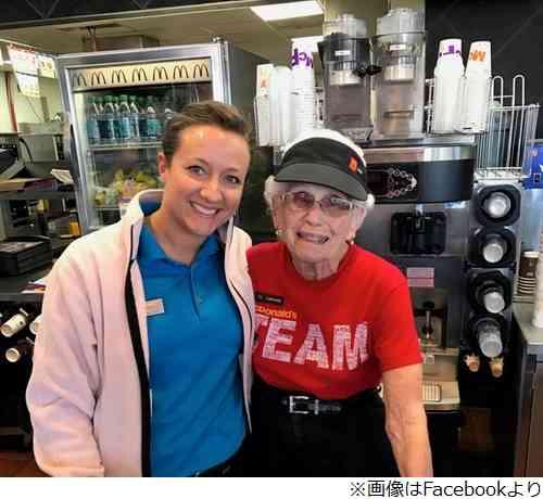 【画像】44年間もマクドナルドで勤務してる94歳女性がこちらwwwwwwwwww