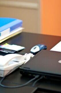 【悲報】新入社員さん、会社のデスクにゲーミングマウスを持ち込んでしまう