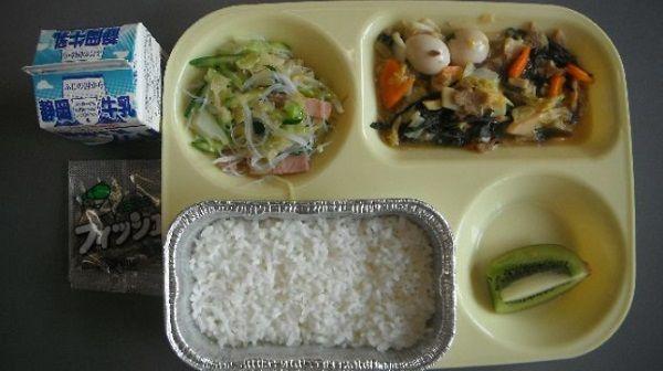 静岡では給食のご飯がグラタンのような容器に入っているらしい