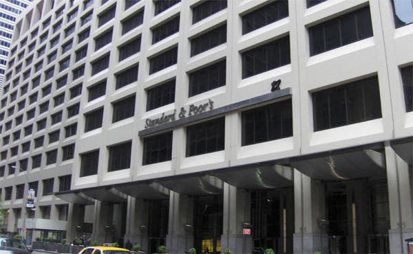 マイナス金利、地方銀行の収益を15%押し下げ 格付け会社が見通し