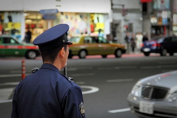 1280px-Policeman_at_Tokyo