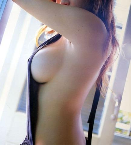 【横乳・ハミ乳】ん~・・・どうにかしてくれ!!見えそうで見えない横乳・ハミ乳 画像 38枚