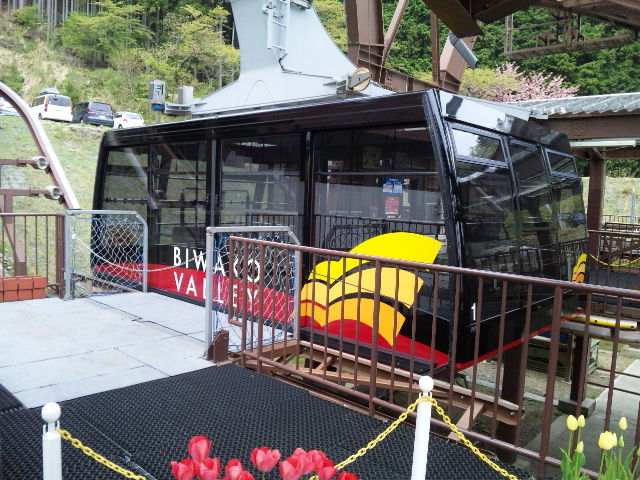 ロープウェイのゴンドラ内から琵琶湖や山麓を撮影。繰り返しになりますが天候が良ければもっときれいだったんでしょうね・・・。