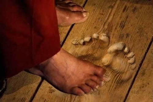 同じ場所で20年以上、祈り続けた男の足跡。