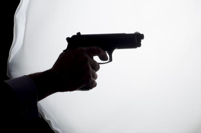 拳銃を持つ外国人