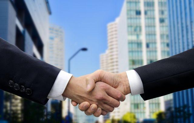 成約の握手