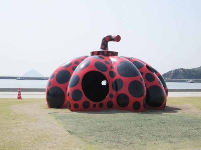 直島の赤かぼちゃ草間彌生