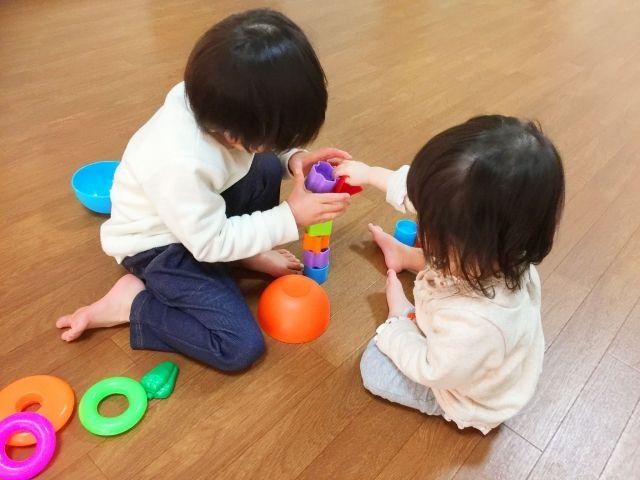 おもちゃで遊ぶ兄妹
