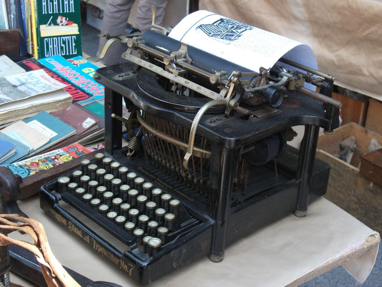 画像 050 古い機械を見るの大好きなんです(≧∀≦)上は定番のタイプライターですね。...
