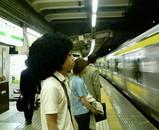 アフロ電車待ち