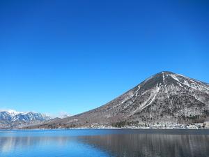 冬の中禅寺湖と男体山