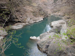 真っ青の川