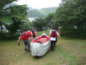 ボートをダム湖まで運ぶ