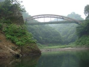 奥にはこんな橋もあります